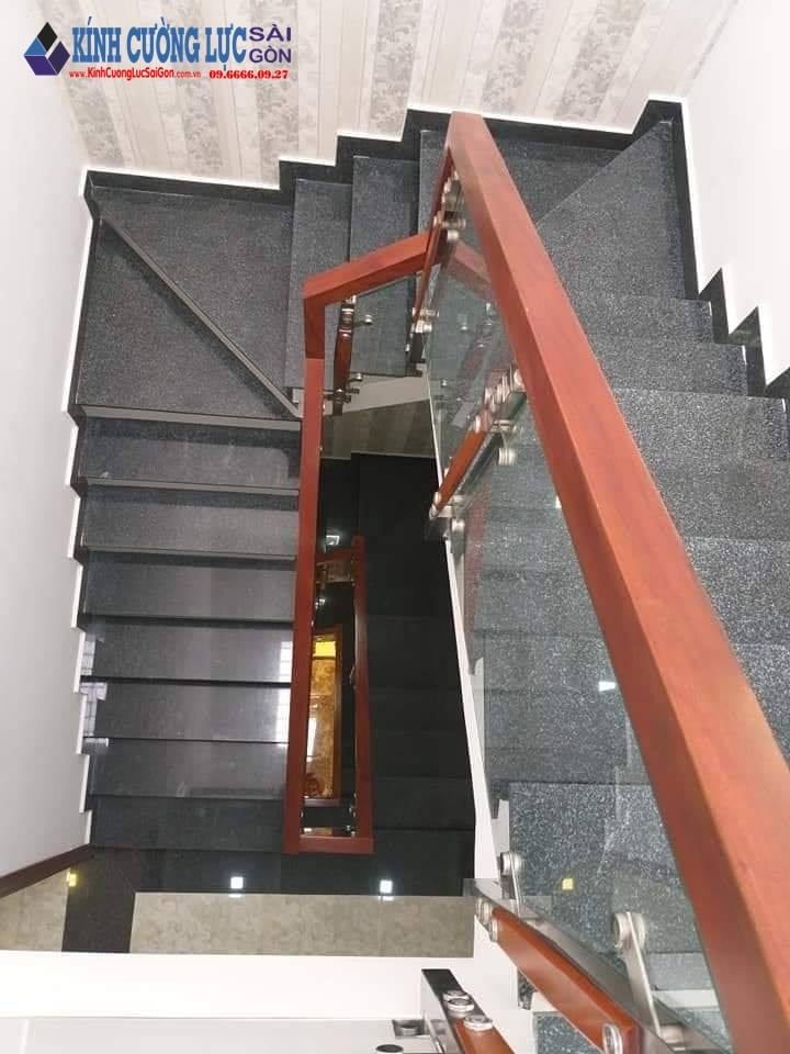Cầu thang kính cường lực tay vịn gỗ căm xe