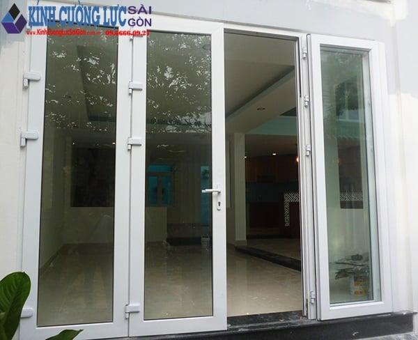 Mẫu cửa kính khung nhôm màu trắng