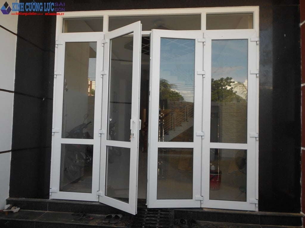 Cửa kính khung nhôm màu trắng