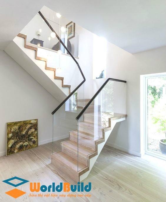 Cầu thang kính giúp bạn tiết kiệm diện tích ngôi nhà