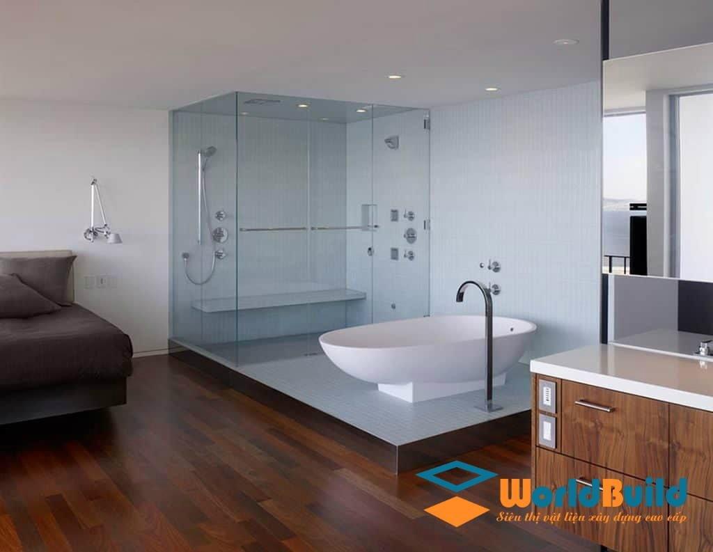 Vách kính nhà tắm tạo cảm giác không gian thoáng mát
